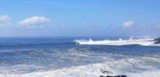 Os surfistas surfam um grande inchamento do inverno na baía de Weimea em Oahu Havaí imagens de stock royalty free