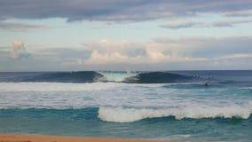 Os surfistas travam ondas no encanamento na costa norte de oahu video estoque