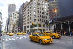 Os táxis de táxi amarelos montam na 5a avenida em New York City Foto de Stock