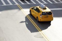 Os táxis do ` s de New York vão verde Fotos de Stock