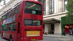 Os táxis e o ônibus de dois andares vermelho Londres transportam a condução de Selfridges passado, rua de Oxford, Londres, Inglat vídeos de arquivo