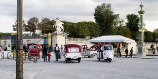 Os táxis pequenos de Tuk-Tuk esperam passageiros no lugar de la Concorde, Paris, França Foto de Stock