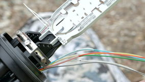 Os técnicos estão instalando a fibra ótica com cintas plásticas filme