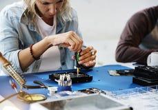 Os técnicos estão trabalhando no disco rígido do computador Imagens de Stock