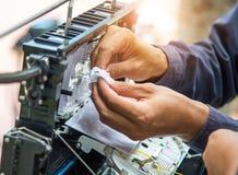 Os técnicos instalam o armário no cabo de fibra ótica Fotografia de Stock