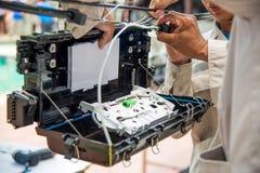 Os técnicos são armário no cabo de fibra ótica Foto de Stock Royalty Free