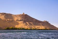 Os túmulos dos nobres na margem oeste o Nilo perto de Aswan fotos de stock royalty free