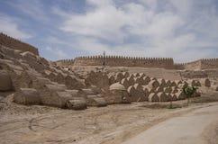 Os túmulos numerosos do tijolo no território da cidade-f medieval Fotografia de Stock Royalty Free