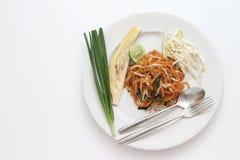 Os tailandeses tailandeses da almofada do alimento, agitam macarronetes da fritada com em estilo do padthai para isolar o fundo b foto de stock