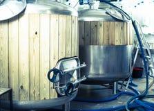 Os tambores com a madeira aparada para a fermentação da cerveja alinharam no produto Imagem de Stock