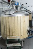 Os tambores com a madeira aparada para a fermentação da cerveja alinharam no produto Imagens de Stock