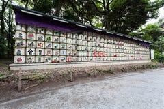 Os tambores da causa são empilhados na entrada ao santuário do jingo do meiji do het no Tóquio, Japão imagem de stock royalty free