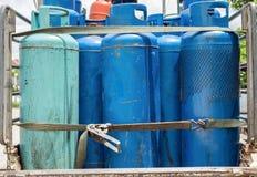 Os tanques velhos do verde azul de gás líquido continuam o recolhimento Imagem de Stock