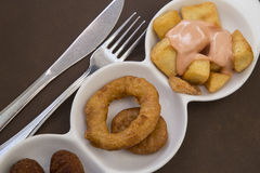 Os Tapas fritaram anéis do calamar e os potates braves Fotografia de Stock Royalty Free
