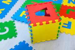 Os tapetes educacionais coloridos para os enigmas de serra de vaivém das crianças, que são elegantes recolher nas caixas com o al Imagem de Stock Royalty Free