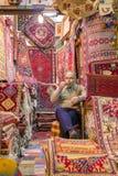 Os tapetes iranianos tradicionais compram no bazar de Vakil, Shiraz, Irã Imagem de Stock Royalty Free