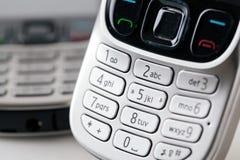 Os telefones celulares fecham-se acima do teclado Fotografia de Stock Royalty Free