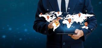 Os telefones espertos e os empresários raros do Internet do mundo de uma comunicação das conexões do globo pressionam o telefone  foto de stock royalty free
