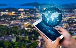 Os telefones espertos e os executivos raros do Internet do mundo de uma comunicação das conexões do globo pressionam o telefone p fotografia de stock