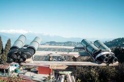 Os telescópios, binóculos, vidros de campo montaram para que o visor amplie a visão binocular para ver Kanchenjunga, Everest, Ann foto de stock royalty free