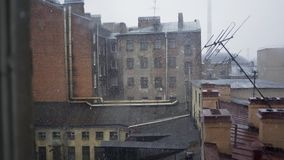 Os telhados cobriram a neve video estoque