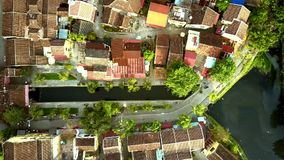Os telhados coloridos da vista surpreendente iluminaram-se pela luz solar da manhã video estoque