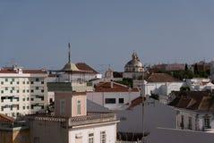 Os telhados da cidade do Santiago de Tavira foto de stock