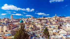 Os telhados da cidade velha com santamente enterram a abóbada da igreja, Jerusalém fotografia de stock royalty free