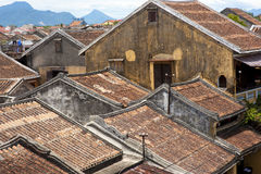 Os telhados das casas antigas com as telhas vermelhas Fotografia de Stock