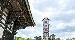 Os telhados do templo de Todai-ji e da bandeira do templo foto de stock