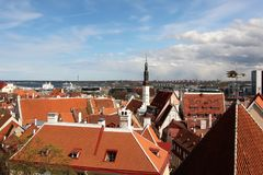 Os telhados velhos do Tallinn velho do lado das paredes da fortaleza imagem de stock