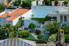 Os telhados vermelhos das casas velhas no distrito de Alfama em Lisboa, Portugal fotos de stock