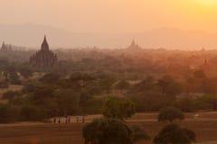 Povos Burmese no por do sol em Bagan imagem de stock