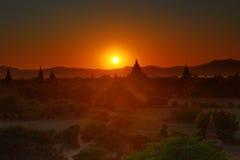 Os templos mostram em silhueta em Bagan no por do sol Imagens de Stock