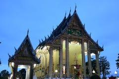 Os templos tailandeses são decorados pelo teste padrão tailandês com a decoração da cor do ouro foto de stock