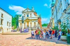 Os tennagers em St Mary Magdalene Square em Krakow, Polônia Imagens de Stock