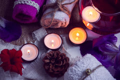 Os TERMAS consistem da água de toalhas, de velas, de flores, de cone e de aromaterapia em uma bacia de vidro Imagens de Stock