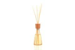 Os termas de madeira do aroma colam na garrafa, isolada no branco Fotos de Stock Royalty Free