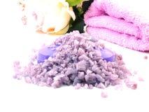 Os termas de sal do mar e a alfazema do sabão scent no fundo branco fotografia de stock