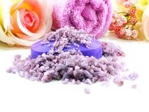 Os termas de sal do mar e a alfazema do sabão scent no fundo branco imagens de stock royalty free