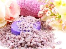 Os termas de sal do mar e a alfazema do sabão scent no fundo branco imagem de stock royalty free