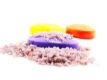 Os termas de sal do mar e a alfazema do sabão scent no fundo branco foto de stock royalty free