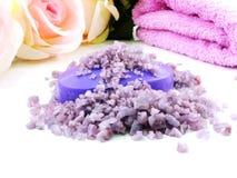 os termas de sal do mar e a alfazema roxos do sabão scent no fundo branco imagem de stock
