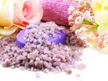 Os termas de sal do mar e a alfazema do sabão scent no foco seletivo do fundo branco imagem de stock royalty free