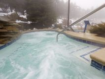 Os termas e a associação exteriores da banheira de hidromassagem no inverno temperam Imagens de Stock