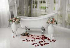 Os termas relaxam no banho da flor Salão de beleza dos termas Banho com pétalas cor-de-rosa Abrandamento com pétalas cor-de-rosa  Fotos de Stock Royalty Free