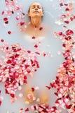 Os termas relaxam o banho da flor Saúde da mulher, tratamento da beleza, cuidado do corpo foto de stock