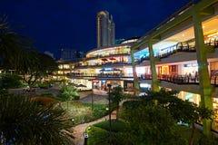 Os terraços em Ayala centram-se na cidade de Cebu, Filipinas, na noite Imagens de Stock