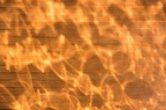 Os testes padrões causados pela água refletem a luz solar imagens de stock royalty free
