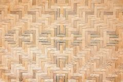 Os testes padrões de tradicional tailandês handcraft de bambu tecem, fundo natural da textura da madeira foto de stock royalty free